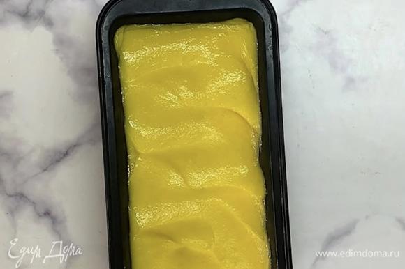 Можно подавать сразу, тогда сорбет будет мягкий. Для более плотной массы перекладываем в форму и ставим еще на 1–2 часа в морозилку.