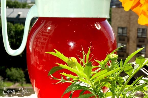 Достать из холодильника настой. Процедить, хорошо отжать клюкву с розой. И еще раз процедить. На этом этапе уже получается вкусный напиток, готовый к употреблению.