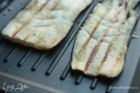Сбрызните баклажаны небольшим количеством масла и обжарьте до готовности на сковороде-гриль. При желании баклажаны можно также запечь в духовке (в этом случае разрежьте их на половинки, оберните фольгой и запекайте при температуре 150–180°C до готовности, после чего снимите шкурку) или на решетке.