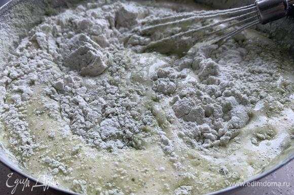 Взбиваем яйца с сахаром, добавляем сметану, сухие ингредиенты, вымешиваем тесто.