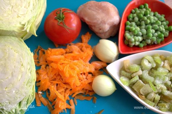 Многие овощи у меня всегда в заморозке, поэтому достаем по горсти моркови, сельдерея, горошка, чистим лук.
