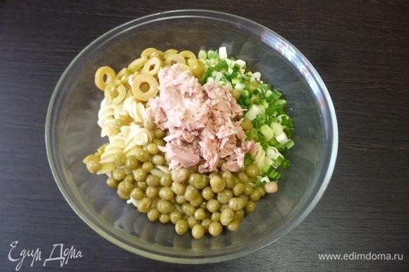 Тунца разобрать на кусочки. У меня консервированный тунец для салатов уже измельченный. Зеленый лук и оливки нарезать колечками. Добавить консервированный горошек.