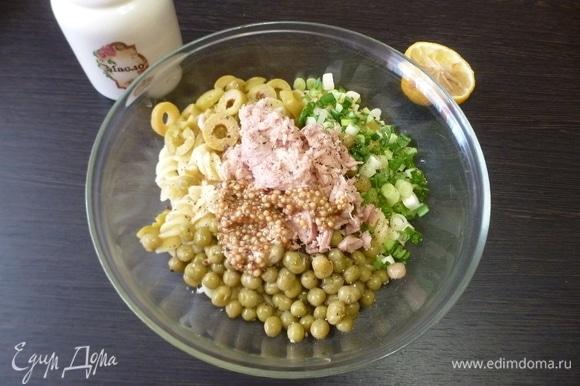 Заправить салат оливковым маслом, горчицей и соком лимона.