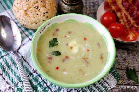 Пробить суп погружным блендером до состояния пюре. Обжаренный бекон поломать на кусочки. При подаче добавить в каждую тарелку опционально кусочки бекона, йогурт и зелень петрушки.