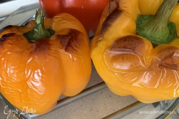 Запекаем перцы при 190–200°C в течение 20–30 минут. Счищаем шкурку (можно предварительно выдержать в пакете). Удаляем плодоножку и нарезаем по желанию.