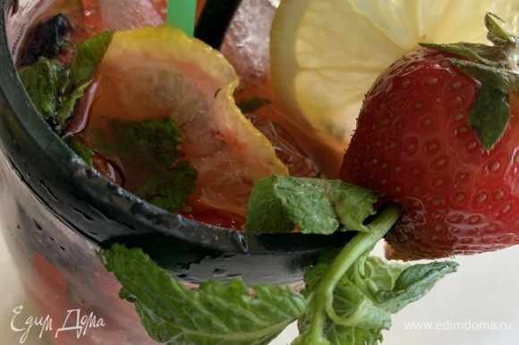 В высоком стакане слегка помять зелень с медом/сахаром и лимоном (часть оставить для украшения), добавить клубнику, перемешать до растворения сладкой составляющей. Положить лед и залить минеральной водой, потрясти и наслаждаться коктейлем!