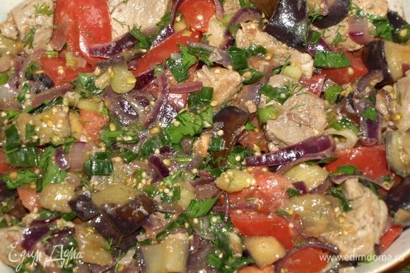В миске соединяем обжаренную телятину, баклажаны с луком, свежие помидоры и зелень. Выкладываем в форму для запекания.