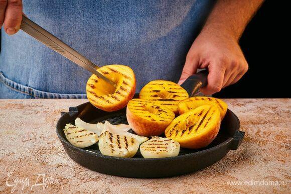 Разогрейте сковороду-гриль с маслом. Обжарьте персики и лук с двух сторон.