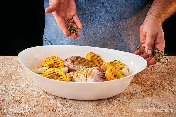 Выложите голени, обложите их персиками и луком, чуть посолите фрукты и выложите веточки тимьяна. Накройте фольгой и поставьте в разогретую до 200°C духовку на 1–1,5 часа. Затем полейте индейку выделившимся соком и оставьте запекаться еще 10–15 минут без фольги до румяной корочки.