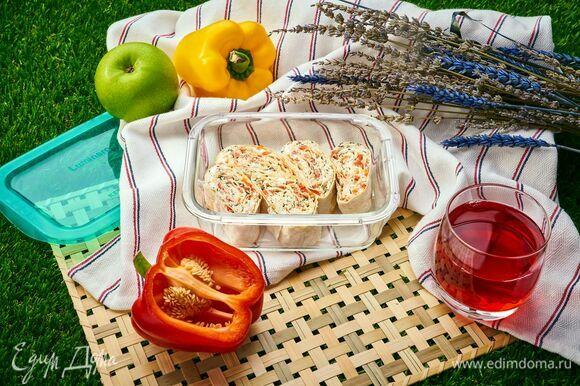 Закуска для пикника готова! Положите рулетики в стеклянный контейнер Luminarc и не забудьте взять с собой ягодный морс.