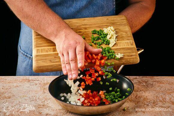 Обжарьте овощи на оливковом масле.