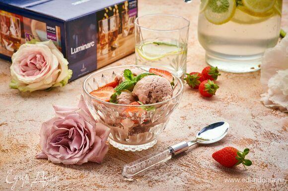 Подавайте мороженое в креманке Luminarc с газированной минеральной водой с шалфеем и лимоном.