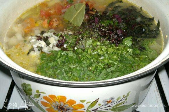 Положить в кастрюлю зелень, базилик и чеснок, посолить и поперчить по вкусу, добавить лавровый лист. Довести суп до кипения, варить 2–3 мин и выключить огонь.