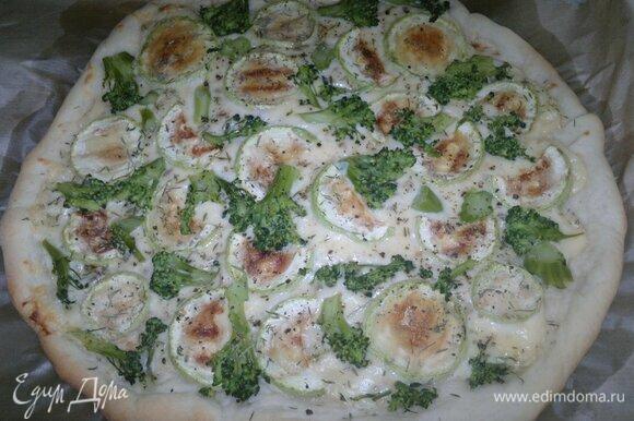 Готовую пиццу достать из духовки. У меня получилась очень большая пицца, еле поместилась на противне. Хватит всем!