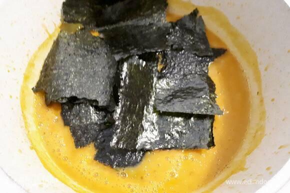 Снимите с огня. Пюрируйте погружным блендером, добавьте нори, нарезанные крупными кусочками, хорошо перемешайте и оставьте настояться 10 минут.