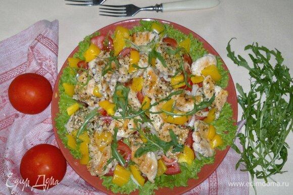 Теплый овощной салат с курицей гриль готов. Подать его к столу. Угощайтесь! Приятного аппетита!