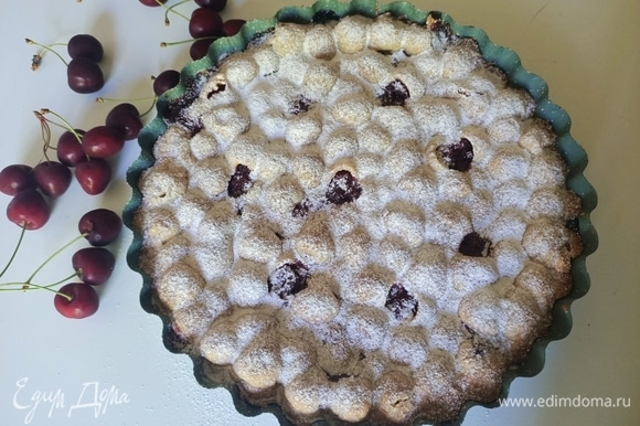 Готовый пирог полностью остудить, посыпать сахарной пудрой и подавать. Приятного аппетита!