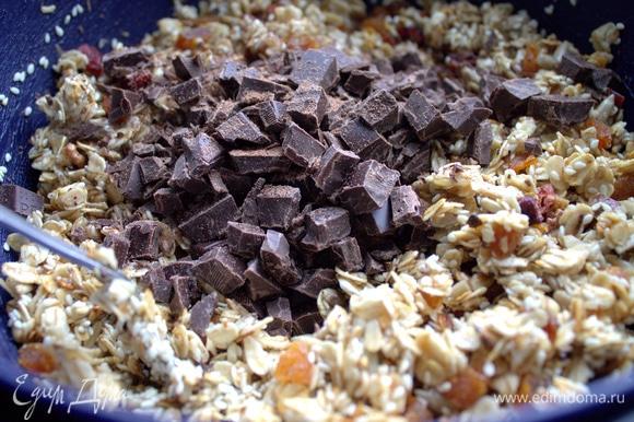 Пересыпать шоколад.