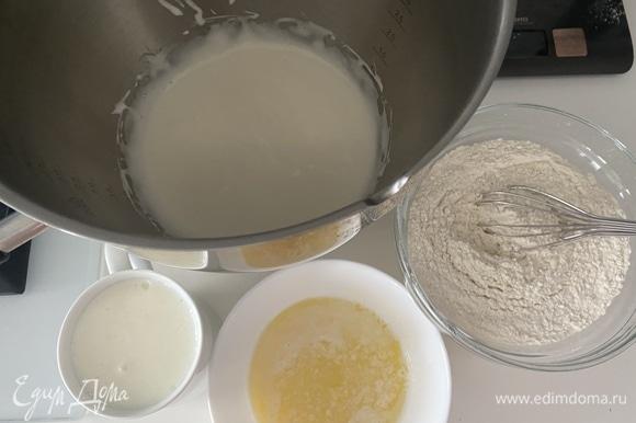 Яйца взбить миксером с сахаром в пышную пену. Добавить кефир комнатной температуры, еще раз взбить до однородности.