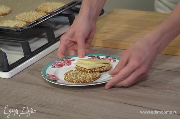 Готовое печенье подавать с сыром.