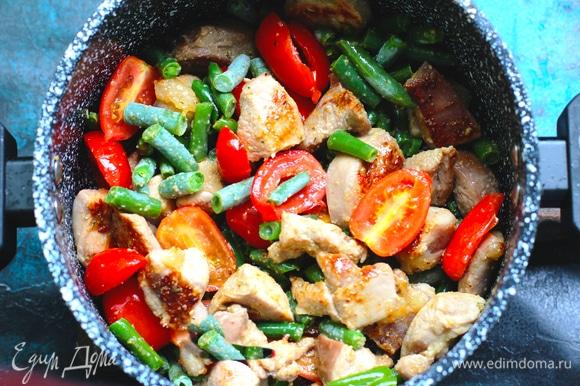 Добавьте чеснок, стручковую фасоль и помидоры в сковороду, тушите 1–2 минуты.