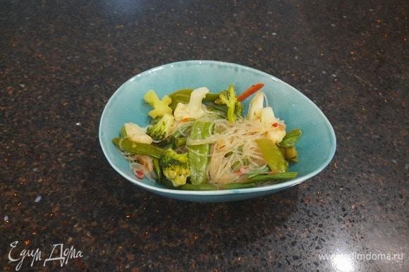 Фунчоза с овощами полностью готова. Приятного аппетита.