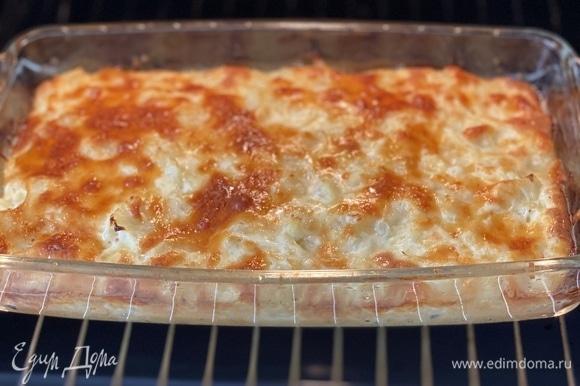 Запекать при 190–200°C до румяной корочки, около 35 минут. Подавать в теплом виде, нарезав порционно.