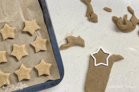 Раскатать тесто толщиной 1 см и при помощи формочек вырезать пряники. Выложить на противень, застеленный пергаментом. Выпекать 15–20 минут при 180°C.