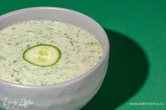 Огурец очистить, нарезать. Залить кефиром. Добавить мелко нарезанный укроп, горсть салатных листьев. Измельчить блендером. Добавить соль, перец, сухой чеснок.