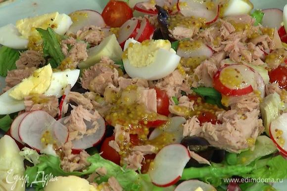 Салатный микс и все подготовленные овощи выложить на большую тарелку, сверху разложить маслины, кусочки тунца и яйца, полить все заправкой.