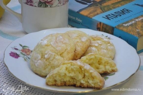 Печенье получается с тоненькой корочкой и мягкое внутри.