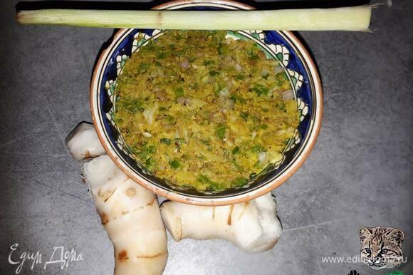 Зеленую пасту карри можно купить в магазине, а можно сделать дома. Недавно я выкладывала рецепт зеленой пасты карри: https://www.edimdoma.ru/retsepty/145910-tayskaya-zelenaya-pasta-karri.
