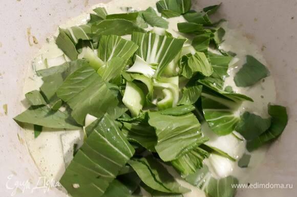 Добавьте капусту, курицу и грибы. Доведите до кипения и проварите 5 минут.
