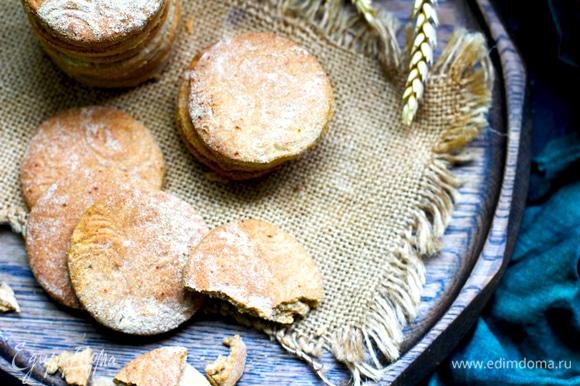 Раскатать на припыленном мукой столе, вырезать фигурки, сделать по желанию надрезы сеточкой (я раскатывала фигурной скалкой). Толщина печенья получилась примерно 5–7 мм.