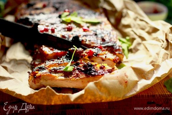 Запекайте мясо около 15–20 минут, в процессе можно перевернуть, если верх начинает подгорать. Подаем сразу горячими.