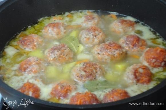 Фарш отбейте и сформируйте фрикадельки. Выложите их между кусочками картофеля. При необходимости добавьте воды. Доведите до кипения, убавьте нагрев, оставив медленное кипение до готовности картофеля и фрикаделек.