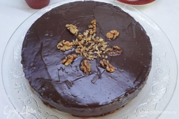 Растопите шоколад со сливочным маслом в микроволновой печи и полейте торт шоколадом. Украсьте грецкими орехами.