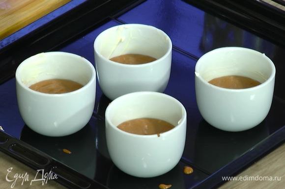 Керамические формы для запекания смазать сливочным маслом и заполнить суфле на половину объема, в каждую формочку добавить по 1–2 ягоды малины.
