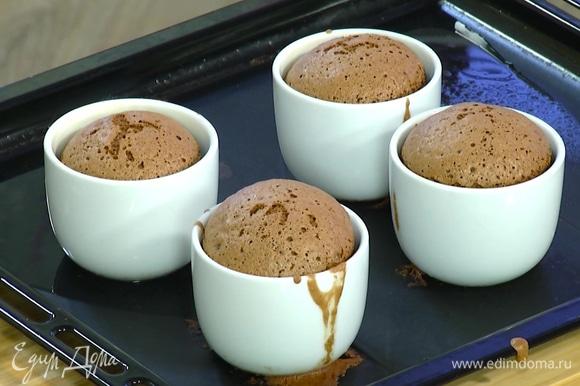 Поместить формы в глубокий противень, влить в него немного горячей воды и выпекать суфле в разогретой духовке 12 минут.
