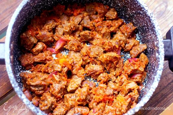 В сотейнике растопить сливочное масло, добавить растительное, обжарить 4–5 минут на большом огне кусочки вареного мяса до золотистой корочки. Добавить лук, чеснок, специи и жарить до готовности лука. Добавить протертые помидоры, томите минут 5–6, помешивая мясо, оно должно обволакиваться овощным соусом.