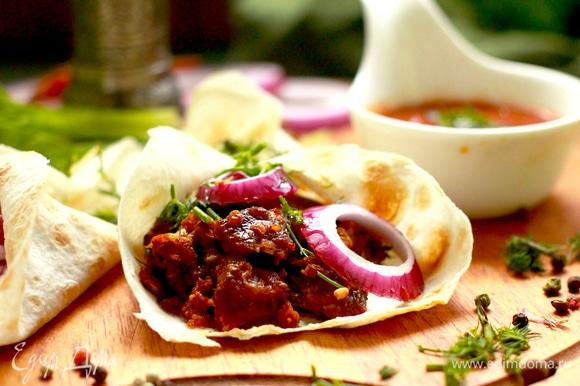 Посыпать зеленью и подавать или готовить далее блюдо с добавлением такого мяса.