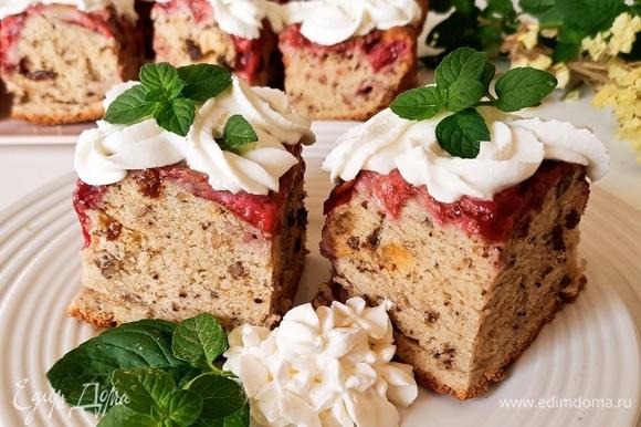 Готовый пирог достаем и даем ему немного остыть. Затем накрываем пирог тарелкой, переворачиваем и снимаем форму, в которой он выпекался. Для крема: взбиваем хорошо охлажденные кондитерские сливки, затем, не выключая миксер, небольшими порциями добавляем рикотту, взбиваем крем еще немного. Разрезаем пирог небольшими порционными кусочками. Сверху или рядом выкладываем крем или шарик мороженого. Подаем. Приятного аппетита!