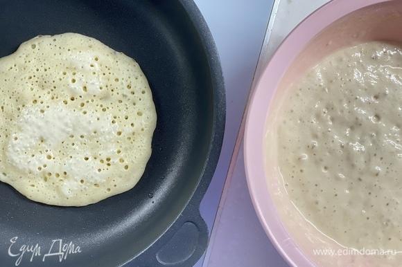 Жарить на сухой сковороде с обеих сторон. Готовые блинчики смазать сливочным маслом. Подавать с любимым вареньем или сметаной.