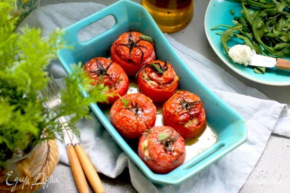 Поливаем оливковым маслом, смешанным с ложкой винного уксуса, и запекаем примерно 20–30 минут (зависит от размера помидоров) при 180°C.