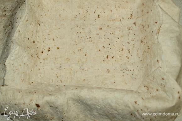 Подходящую форум для запекания выстелить крест накрест пластами лаваша.