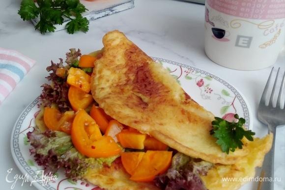 На 1 половину кабачкового блина положить любую начинку и накрыть второй. В данном случае блин получается нежным и несухим. Поэтому творожный сыр или сметану в начинку я не добавляла. Приятного завтрака!
