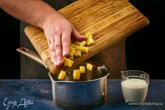 В сотейнике смешайте сыр и сливки, поставьте на огонь, растопите. Крем из копченого сыра готов!