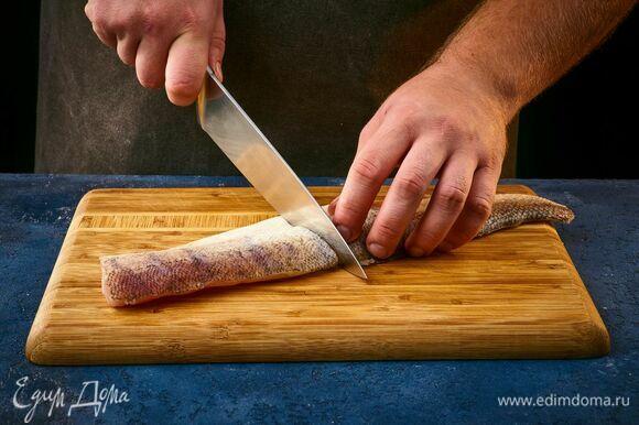 Судака очистите от чешуи, разделайте на филе и удалите кости. Нарежьте крупными кусками.