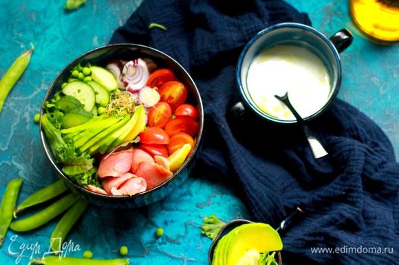 Готовим заправку: в йогурт добавляем лимонный сок и оливковое масло, можно слегка посолить. Хорошо перемешиваем и подаем к салату.