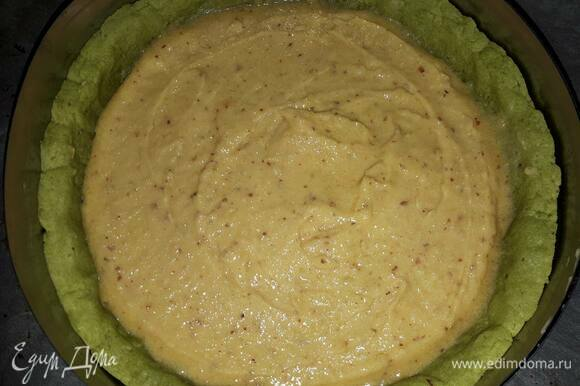 Когда тесто хорошо заморозится, можно приступать к выпеканию. Поставьте тесто в разогретую до 230°C духовку на 5 минут. Затем убавьте температуру до 160°C и оставьте еще на 10 минут. Выньте тесто из духовки и влейте миндальный крем. Поставьте обратно в духовку на 20 минут.